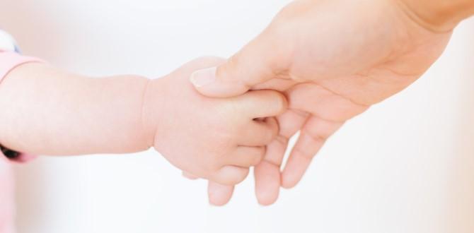 赤ちゃんと握手