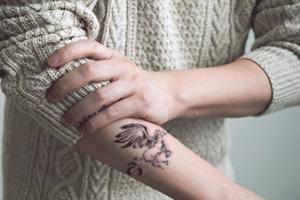 腕タトゥー