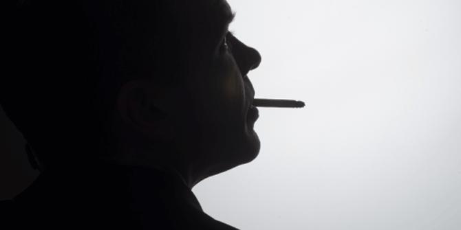 煙草を喫煙する