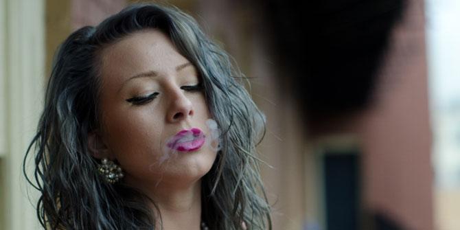 タバコを吸う女優